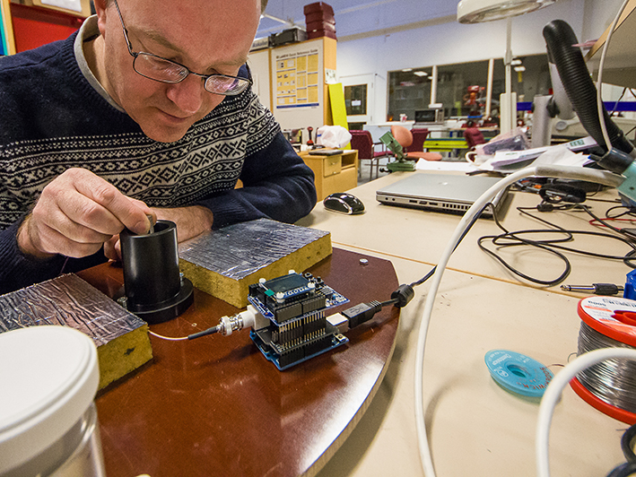 At the VTI measurement laboratory, Bengt Lindström is programming the sensor to be used to quantify the amounts of salt on pedestrian and bicycle paths in Stockholm in the winter of 2015–2016.