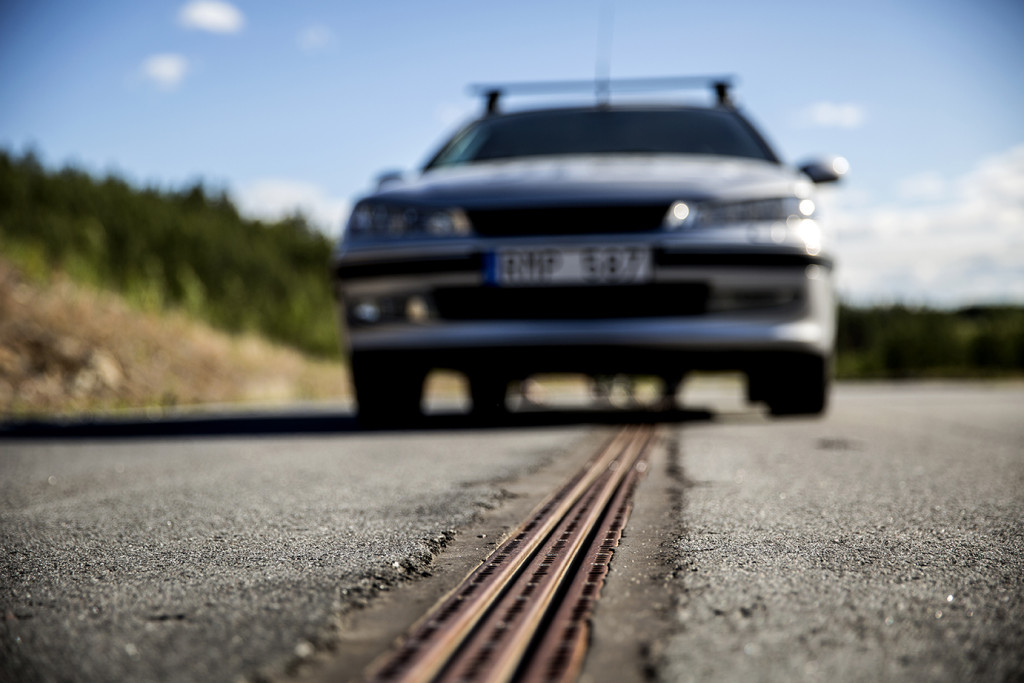 Example of conductive transfer technology from below, which is being used in the E-road Arlanda demo project. Photo: Erik Mårtensson.