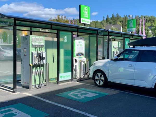 By imposing VAT on electric cars in Norway the sales will be cut in half and the average CO2 emissions from new cars will increase by about 60 percent.